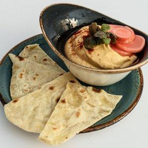 Hummus s domácí pšeničnou plackou